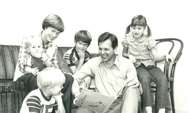 El élder Christofferson con su esposa e hijos.